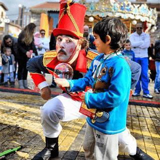 παραστάσεις με σαπουνόφουσκες, bubble shows athens, bubble theater, circus, bubble performing, fabrica athens, τσίρκο, θέατρο, χριστούγεννα, φούσκες